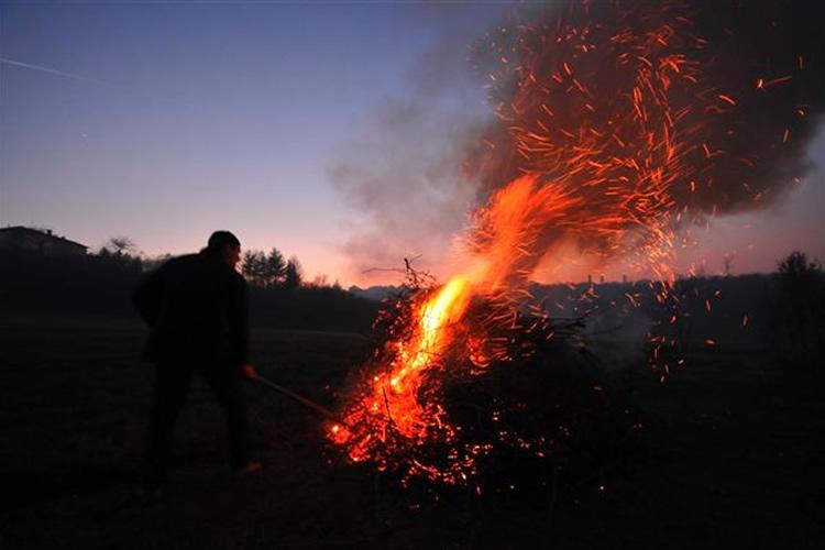 Policalpo - Parte dalla terra come un razzo arcaico spinto dal fuoco.