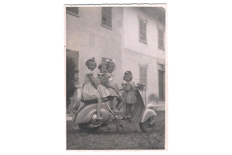 Vespa - Quattro giovani vite a cavalcioni di una vespa.
